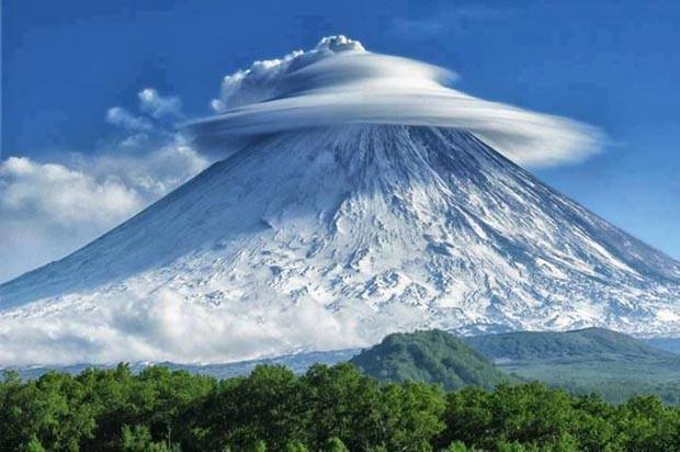Nuage lenticulaire sur le volcan Chiveloutch, Kamchatka - Russie
